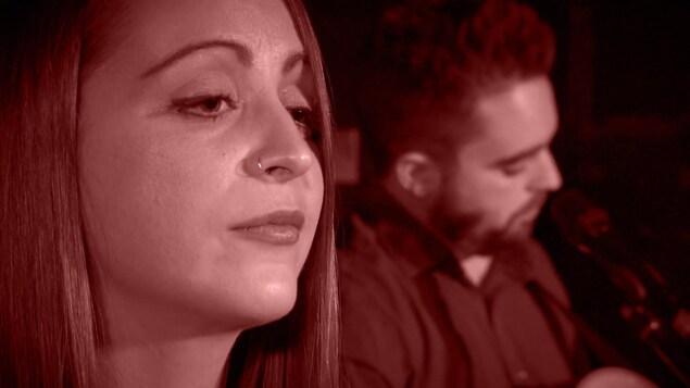 Gros plan sur le duo de musiciens Gen & Tonic, du Manitoba, en prestation dans le projet Voies musciales.
