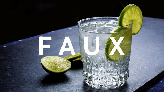 C'est un verre de gin et tonic, agrémenté d'une lime.