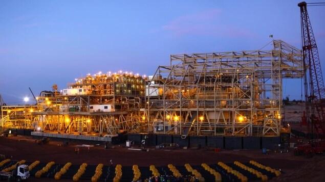 Vision nocturne de l'usine construite par SNC-Lavalin au Sénégal