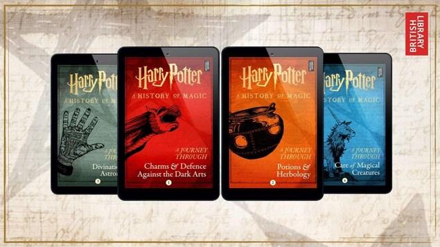 Chacun des quatre livres numériques est présenté sur une tablette électronique.