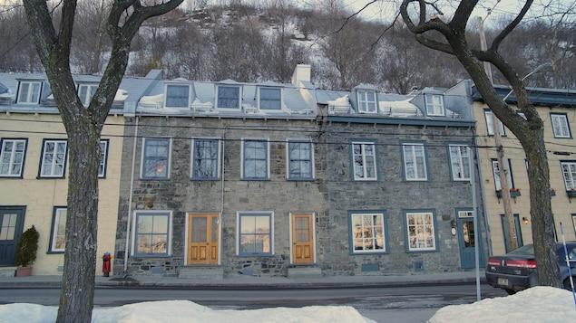 Des maisons à la façade de pierre sont dominées par le cap sur la rue Champlain.