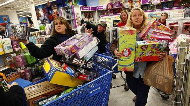 Deux femmes profitent des soldes du Vendredi fou à Fort Worth, TX.