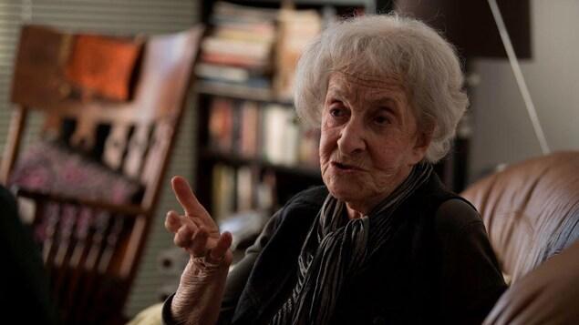 La poétesse uruguayenne Ida Vitale parle, assise sur un canapé, durant une entrevue avec l'AFP.