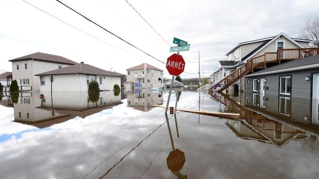 Des rues complètement inondées, bordées de maisons