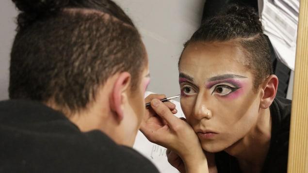 Jeffrey Leclerc en train de se maquiller en Narcissa.