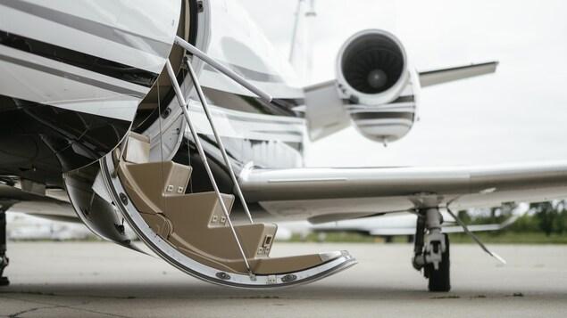 Un avion privé sur le tarmac d'un aéroport.