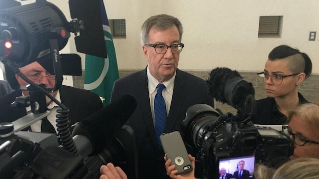 Jim Watson répond aux questions des journalistes lors d'un point de presse à l'hôtel de ville d'Ottawa.