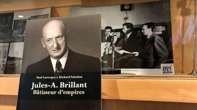 Le livre Jules-A. Brillant : Bâtisseur d'empires, près de photos d'archives de la radio de CJBR.