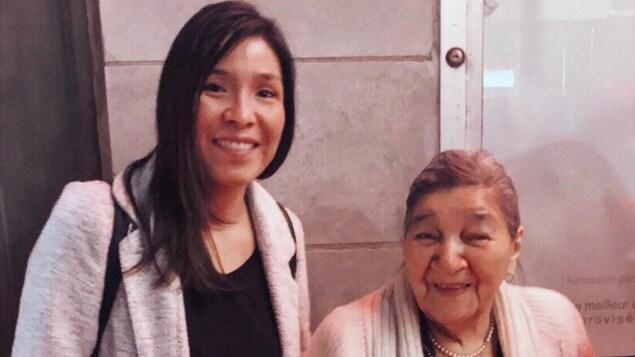 Katia Bacon et sa grand-mère Cécile Bacon, des Innues de Pessamit, sur la côte nord du fleuve Saint-Laurent.
