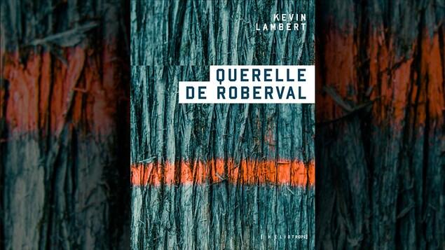 La couverture du livre <i>Querelle de Roberval</i>, de Kevin Lambert, avec, en arrière plan, une écorce d'arbre en gros plan traversée par une ligne de peinture orange en aérosol.