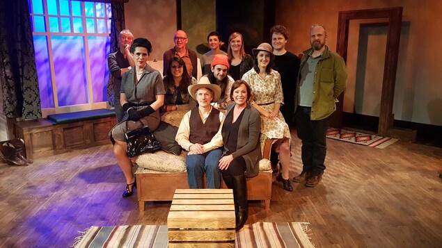 Les membres d'une production de la troupe du jour sur la scène pour une photo de groupe