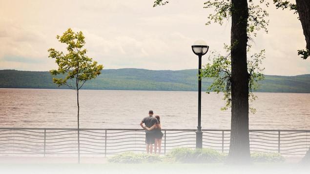 Un couple dans un parc de Lac-Mégantic