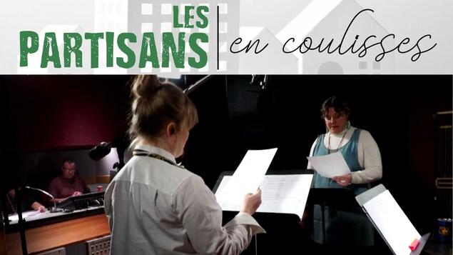 Deux comédiennes, en studio, debout face à leur lutrin, pendant l'enregistrement de la dramatique radio « Les Partisans ».