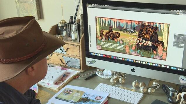 Un homme est assis, de dos, devant un bureau avec un écran d'ordinateur dessus. Il porte un chapeau cowboy. L'écran montre une illustration colorée d'ours.