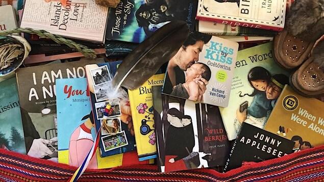 Des livres empilés sur une table ornée d'une ceinture fléchée.