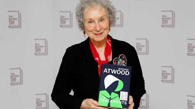 L'écrivaine canadienne pose avec son livre dans les mains.