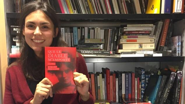 Marine Duval, responsable d'édition aux Éditions du sous-sol, tient en main le livre de Mary MacLane, Que le diable m'emporte.