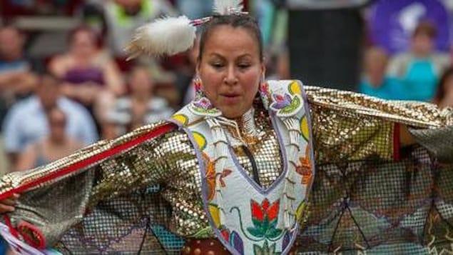 Mariette Sutherland dans un costume traditionnel de danse autochtone.