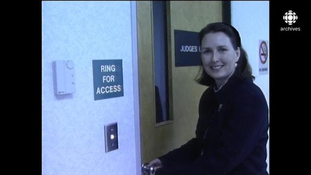 Mary Ellen Turpel-Lafond, ouvrant la porte du bureau des juges au palais de justice de Saskatoon