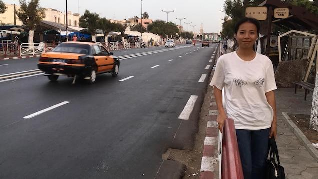 Une femme debout sur un trottoir