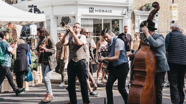 Un groupe de musique offre un spectacle dans la rue.