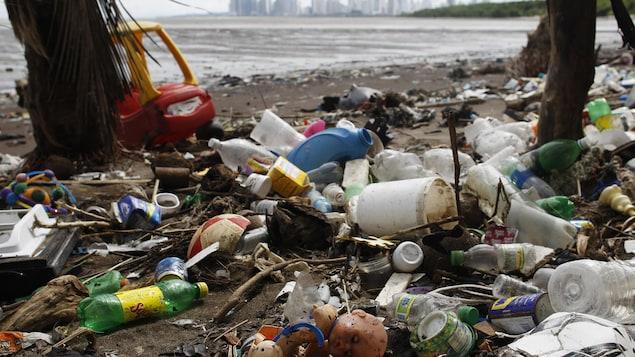 Une multitude de déchets de plastique rejetés sur une plage du Panama par l'océan Pacifique.