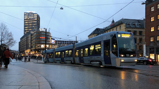 Un tramway circule dans une rue d'Oslo.