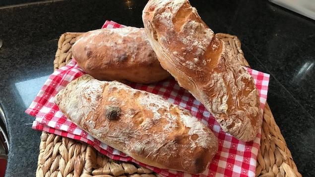 Du pain sur un plat d'osier