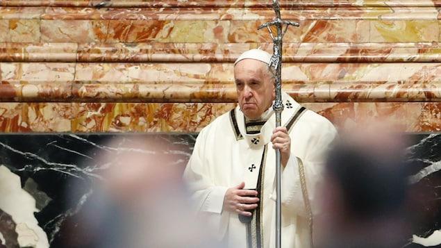 Le pape François devant des fidèles.