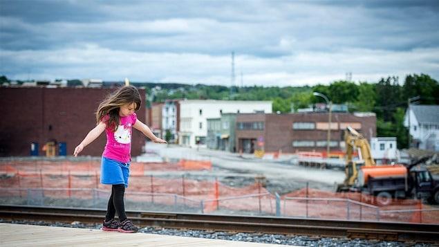 Une fillette joue sur la voie ferrée à Lac-Mégantic.