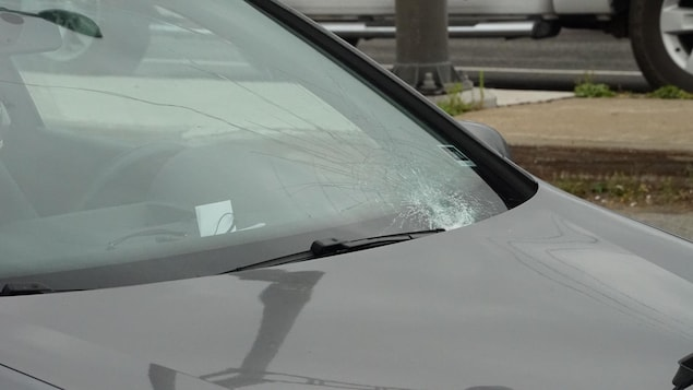 Le pare-brise de la voiture porte la marque de l'impact avec la piétonne