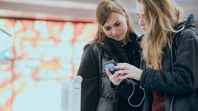 Deux femmes regardent un téléphone intelligent