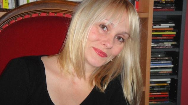 L'autrice Marie-Sissi Labrèche sourit à la caméra.