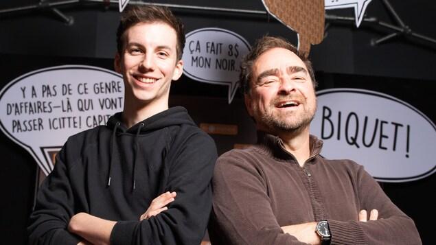 Le comédien Pier-Luc Funk et l'auteur Michel Rabagliati prennent la pose, dos à dos, devant la caméra.
