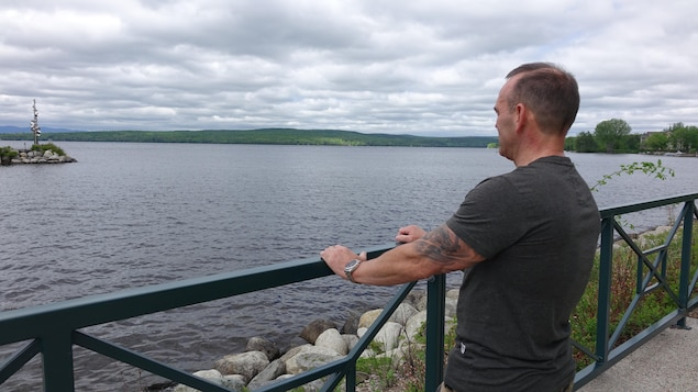 Raymond Grégoire regarde le lac Mégantic