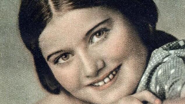 Portrait d'une jeune fille souriante.