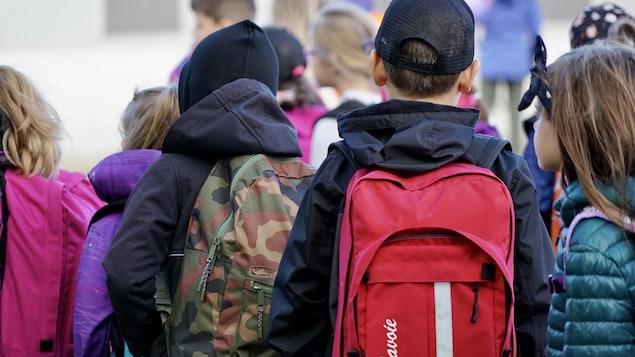 Des enfants attendent de rencontrer leur professeur.