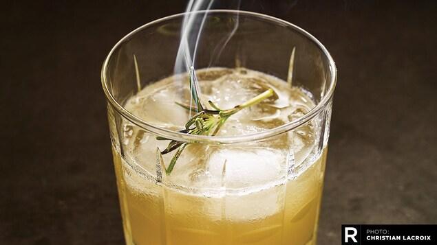 Whisky sour au miel et au romarin brûlé