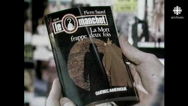 Gros plan sur le livre «La mort frappe deux fois» de la série «Le manchot».