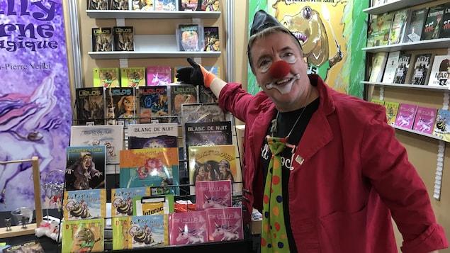 Un clown montre des livres.