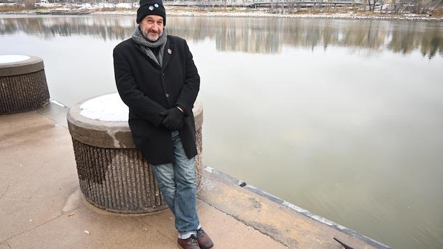 Le poète Sébastien Gaillard à côté de la rivière Rouge à Winnipeg