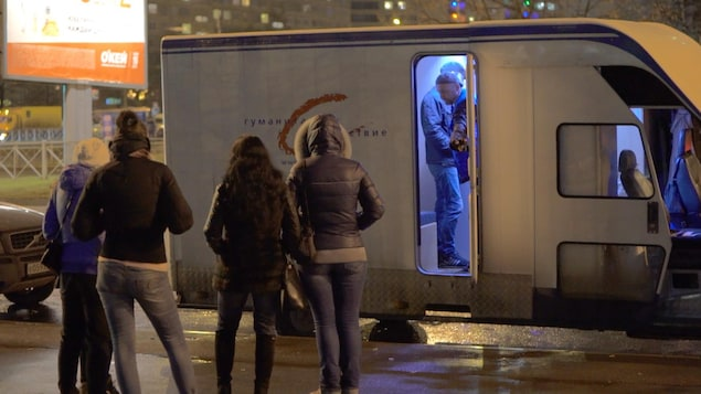 Quatre femmes attendent l'autobus.