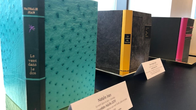 Le Salon international du livre de Québec propose une exposition de reliure d'art dans le hall du Centre des congrès.