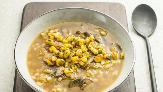 <em>À la soupe</em>, de Josée di Stasio: des recettes réfléchies empreintes de réconfort