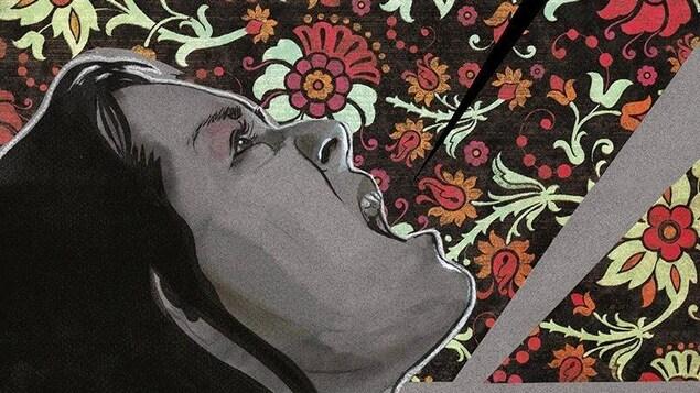 Une femme crie en regardant le ciel. Derrière elle se trouve un motif fleuri.