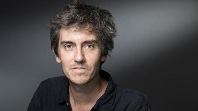 Portrait de Sylvain Prudhomme qui porte une chemise noire