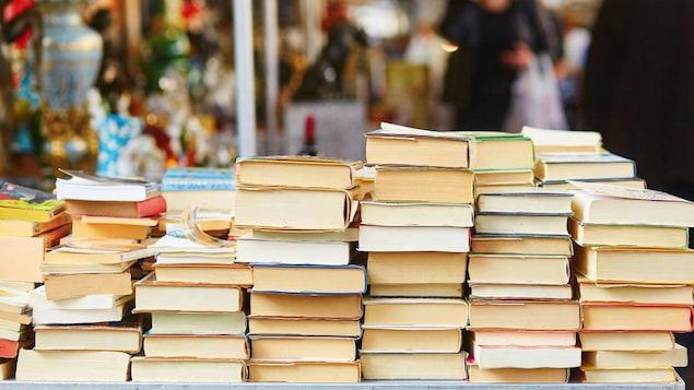 une table de livres