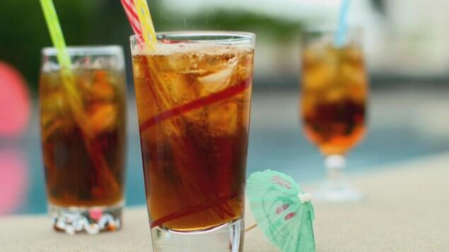 Verres de thés et tisanes glacées
