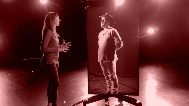 L'animatrice Mireille Langlois s'entretient avec Thomas Chevalier qui lui fait face, debout, dans un écran.
