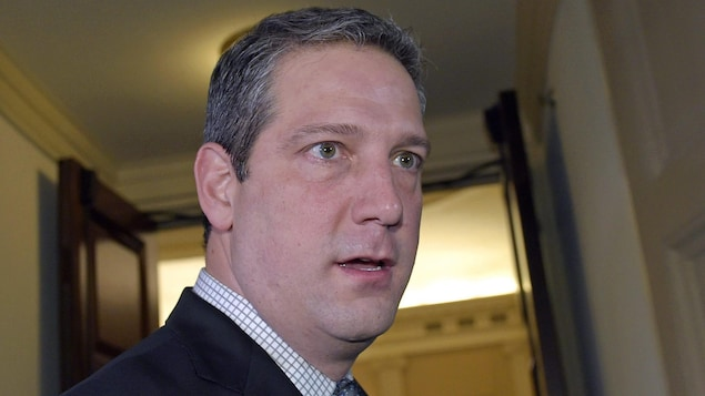Tim Ryan, regardant un reporter.